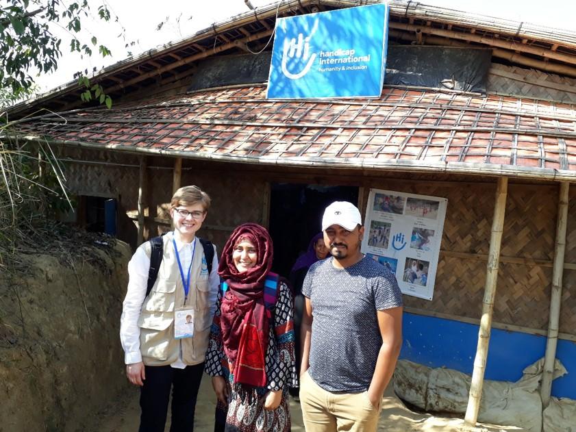 Postdoktorantin der Ruhr-Universität Bochum (Institut für Friedenssicherungsrecht und Humanitäres Völkerrecht) und Projektmitarbeiterin bei ihrer Feldforschung in Bangladesch, 2020, zusammen mit zwei Kolleg*innen.